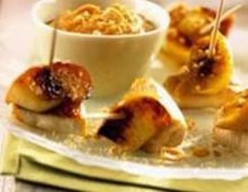 Brochetas de manzanas y pollo con salsa de limón